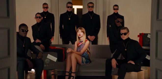 Різдвяне відео від Versace: модні костюми і північні олені (ВІДЕО)