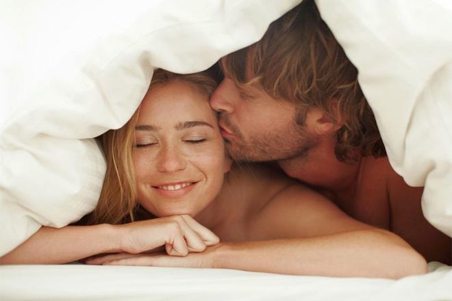 Чому варто спати з бойфрендом голою?