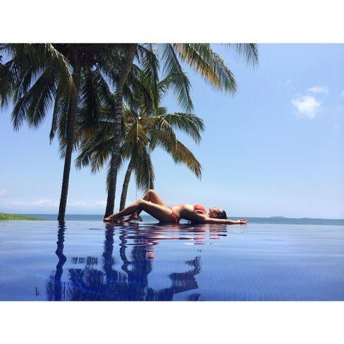 Ким Кардашьян расслабляется на пляже в одиночестве