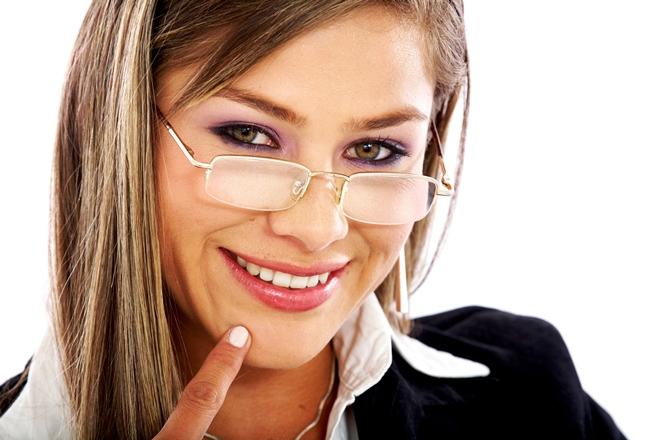 Макіяж під окуляри: 3 ефектні варіанти
