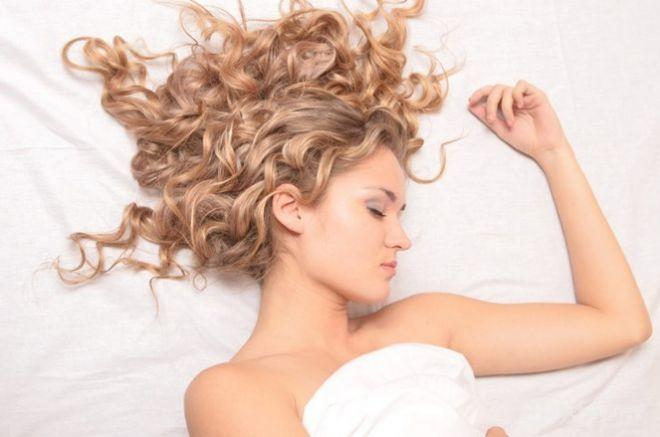 Чим шкідливе спання з мокрим волоссям: розказують косметологи