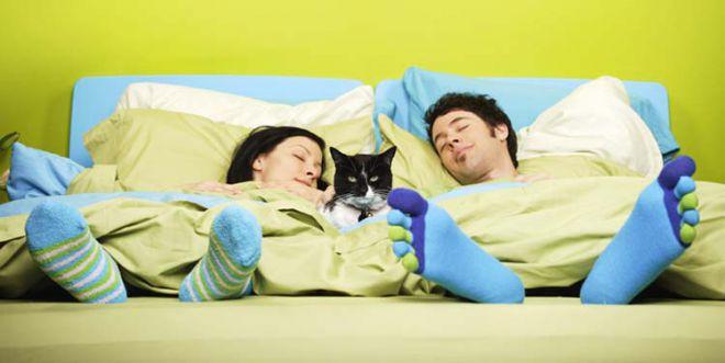 Здоровий сон: чому деяким парам корисно спати окремо