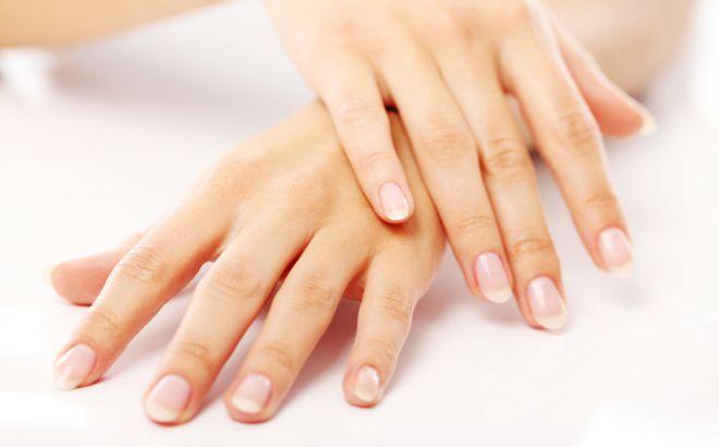 Для того, щоб ваші нігті були міцними та гарними використовуйте корисні ванночки. Рецепт яких ми вам розповімо у своїй статті.