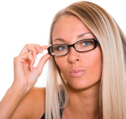 Как правильно сделать макияж девушкам в очках