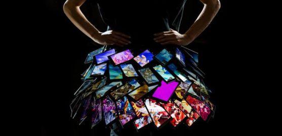 Дизайнеры создали юбку из смартфонов
