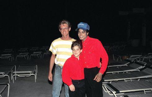 Майкла Джексона опять обвиняют в домогательстве мальчика
