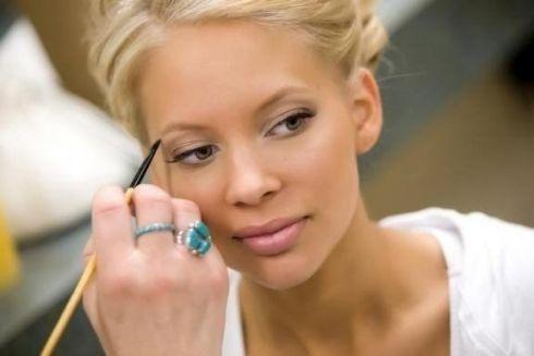 5 секретных трюков визажистов при нанесении макияжа