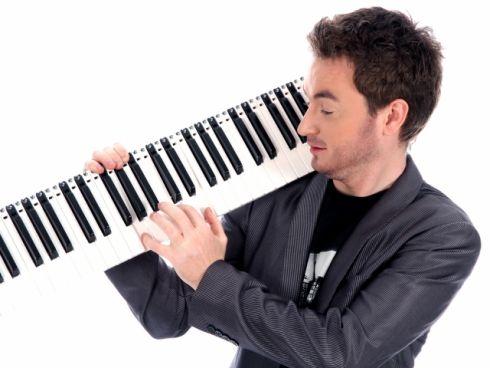 Неймовірно: піаніст грає просто у небі [ВІДЕО]