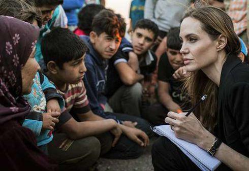 Відео, що зворушило Інтернет:Анджеліна Джолі з дочкою в таборі біженців