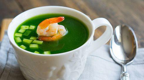 Літнє меню: рецепт огіркового супу з креветками