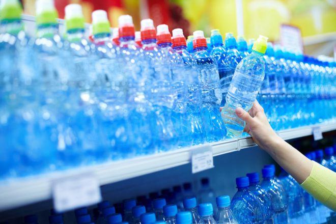 Чим небезпечна вода у пластикових пляшках для вашого організму