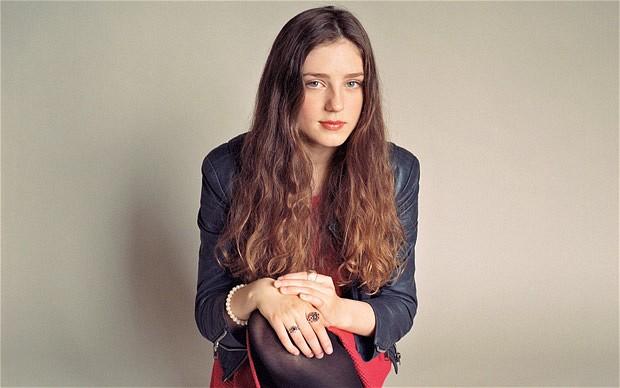 Нове обличчя RED Valentino: співачка Birdy вражає стилем (ФОТО)