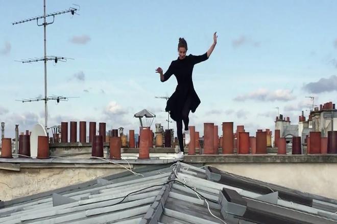 Відео дня: елегантна француженка підкорює дахи Парижу