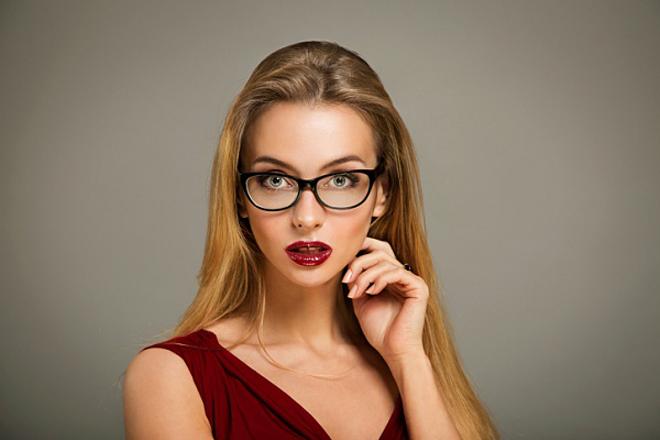 Як правильно фарбувати вії, якщо ви носите окуляри? [ВІДЕО]