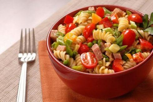 Теплий салат із макаронів