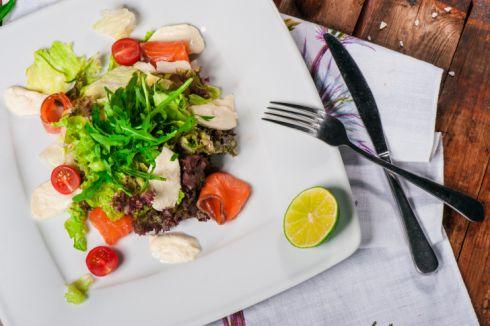 Новорічна страва: дієтичний салат із сьомгою