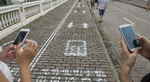 У Китаї створили пішохідну доріжку для залежних від смартфона