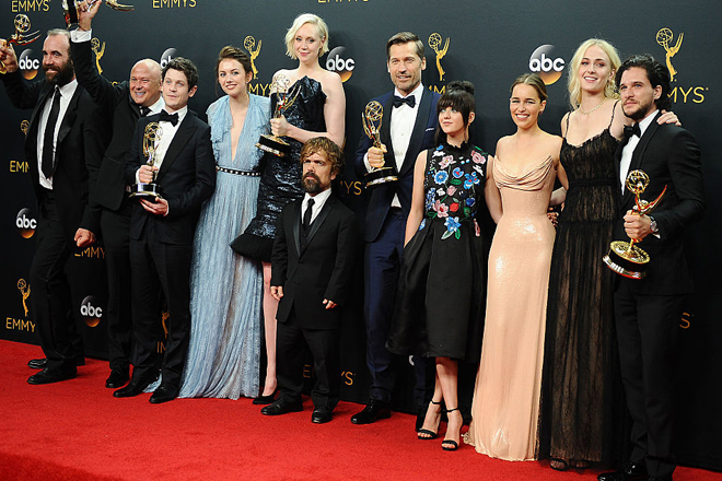 Церемонія Emmy 2016: найвдаліші образи червоної доріжки [ФОТО]